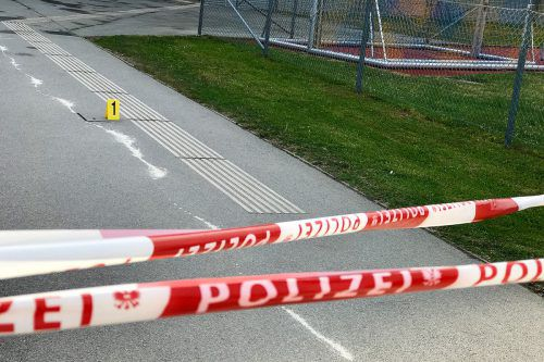 Der Tatort vor dem Schulzentrum in Mistelbach. apa/orf/Rohrhofer