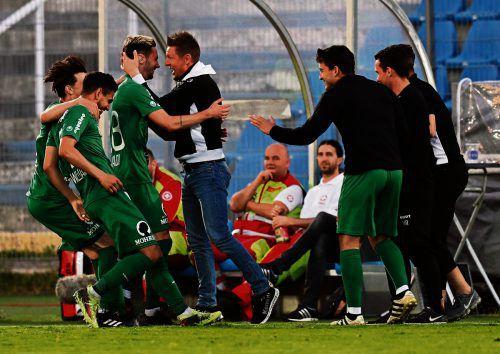 Der Teamgeist hat für Trainer Gernot Plassnegger (im Bild jubelt er mit Marcel Canadi) einen hohen Stellenwert.lerch