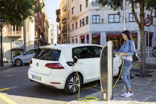 deutschland hat Norwegen als größten Markt für elektrifizierte Autos in Europa abgelöst. Im ersten Quartal wurden hierzulande 17.574 Fahrzeuge mit reinem Elektro- oder Plug-in-Hybrid-Antrieb zugelassen. In Norwegen waren es laut dem Herstellerverband ACEA im gleichen Zeitraum 16.182 Einheiten. Platz drei geht an Großbritannien mit 14.162 Neuzulassungen.
