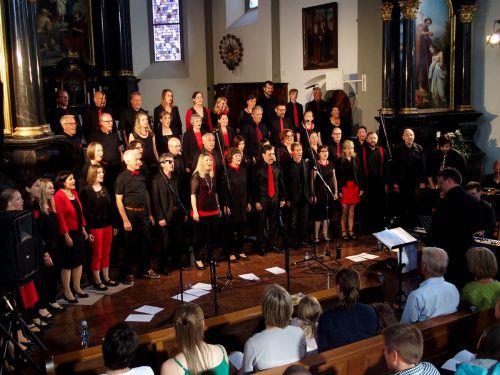 """Die 47 Mitglieder des Chors """"GIOIA"""" unter der Leitung von Ulrich Mayr begeisterten in der ausverkauften Laurentiuskirche. JU"""