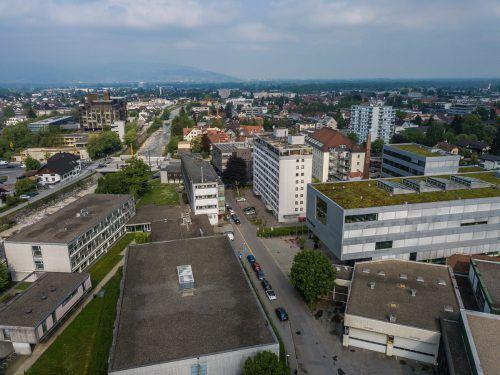 Die alte Textilschule (Gebäude links unten) platzt aus allen Nähten, auch die Fenster sind undicht. VN/Steurer