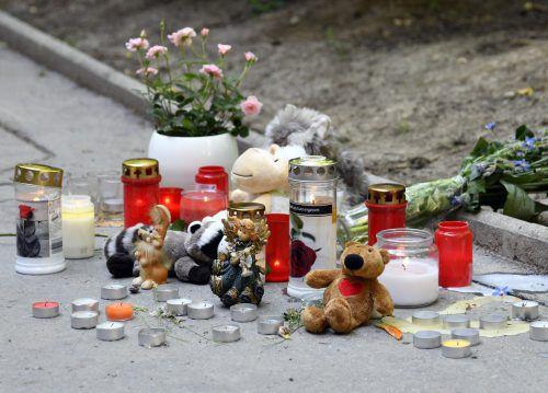 Bewohner des Gemeindebaus hatten nach der Tat Blumen und Kerzen aufgestellt. APA