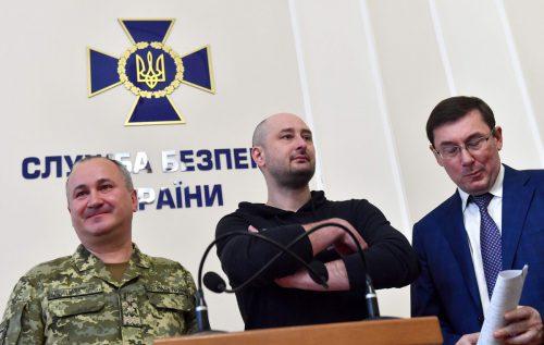 Die Ermordung des Journalisten Babtschenko (Mitte) in Kiew war inszeniert. afp