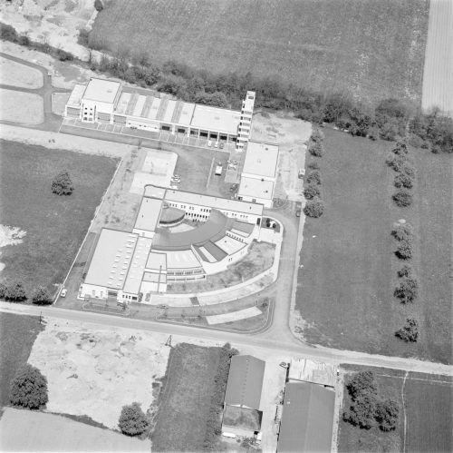 Die Eröffnung des Gebäudes löste bei den Anrainern der Zufahrtsstraßen von der B 190 zum Katastrophenzentrum Proteste aus, bevor die L 152 in Angriff genommen wurde.Ansichtskartensammlung, Vorarlberger Landesbibliothek