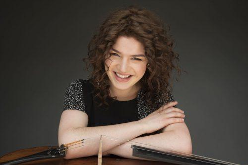 Die junge Cellistin Julia Hagen spielt heute zusammen mit Hanna Bachmann in Thüringen. julia hagen