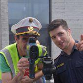 """<p class=""""caption"""">Die Laserpistole wird ausprobiert, Andreas Kogler von der Polizei erklärt wie's geht.</p>"""