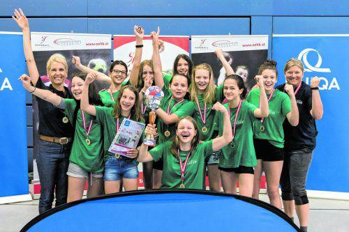 Die Mädchen des BRG Dornbirn-Schoren mit ihren Silbermedaillen beim Bundesfinale in Salzburg.ÖHB/Pucher