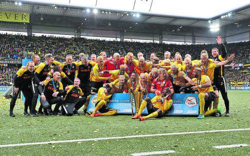 Die Meisterfeier auf dem Rasen des Stade de Suisse, die Berner Mannschaft mit dem Schweizer Meisterpokal.yp