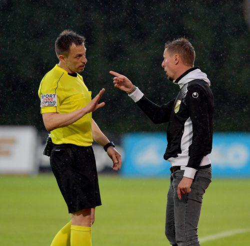 Drei Gelbe innert drei Minuten gegen seine Spieler, da stellte sich Gernot Plassnegger (r.) schützend vor seine Akteure.gepa