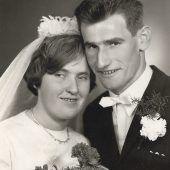 """<p class=""""caption"""">Ein glückliches Paar an seinem Hochzeitstag.</p>"""