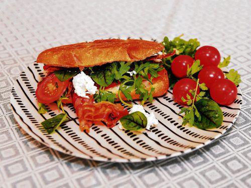 Ein idealer Snack für zwischendurch: Caprese Panini mit köstlichem Pancetta.Oliver Lerch