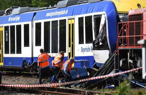 Ein Personenzug war mit knapp 20 Menschen an Bord wenige Hundert Meter vom Bahnhof entfernt frontal mit einem stehenden Güterzug kollidiert. AFP