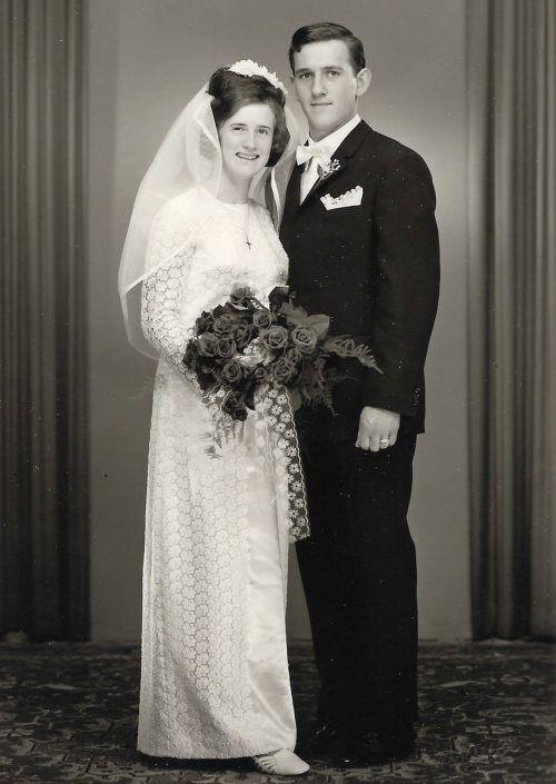 Ein schönes Paar, die Braut im Hochzeitskleid aus Ätzspitze.