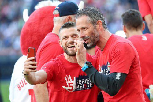 Ein Selfie von Valon Berisha nach dem Gewinn der Meisterschaft mit Trainer Marco Rose (rechts).gepa