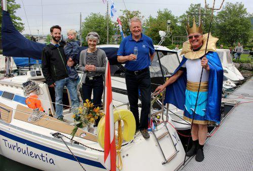 """Eine allzeit gute Fahrt und immer eine Handbreit Wasser unter dem Kiel!"""", so der Wunsch des """"Bodenseegottes Neptun"""" bei der Taufe des Segelboots von LYC-Präsident Benno Wagner.  bms"""