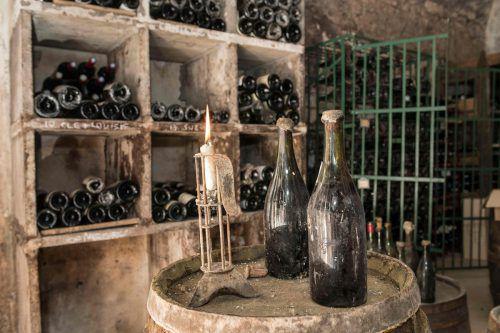 Eine fast 250 Jahre alte Flasche Vin Jaune Jura erzielte 103.700 Euro. afp
