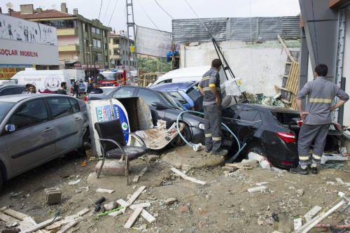 Eine Flutwelle hat mehr als 100 Fahrzeuge mitgerissen. AFP