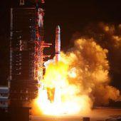 China startet Satelliten für erste Landung auf Mond-Rückseite