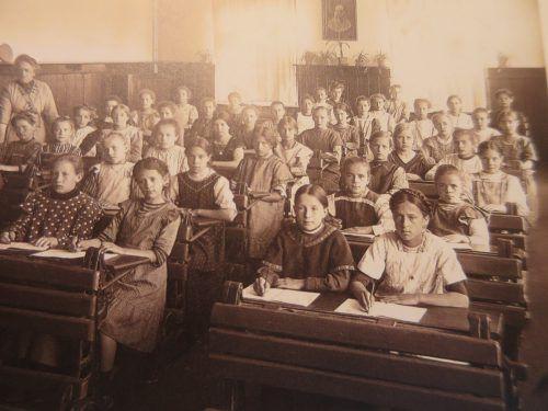 Eine Schulklasse in der Volksschule Oberdorf im Jahr 1913.