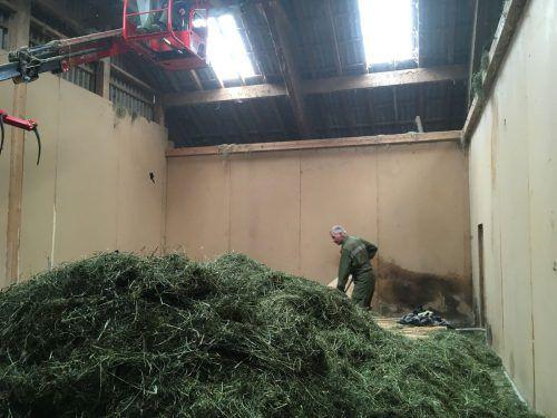 Feuerwehrleute löschten die Glutnester und räumten den Heustock aus. FW Sulzberg