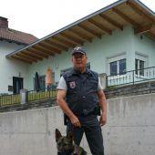 Michael Wechner mit Zolldiensthund Lennox, der eine Diebin überführte. B1