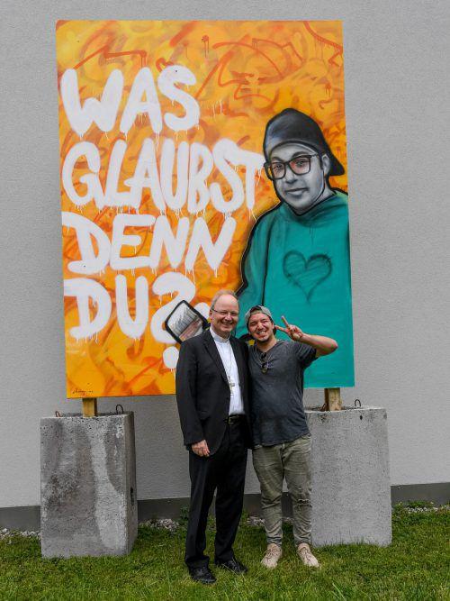 Das Graffitikunstwerk, das Domingo Mattle für das Sonderjournal gesprayt hat, steht jetzt vor dem Diözesanhaus in Feldkirch. Bischof Benno Elbs gefällt's. VN/lerch