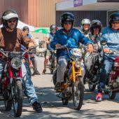 500 Mopedfans knattern mit ihren Oldtimern durch das Land. A8