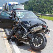 Biker prallt gegen Auto