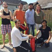 Dagmar Welte (Caritas) mit Asylanten, die in Hohenems einen Brand löschten. B1
