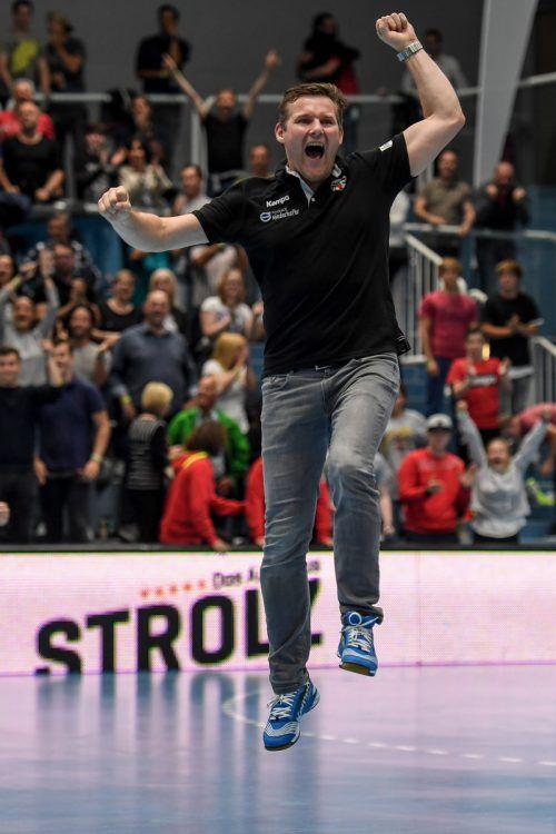 Frenetischer Jubel bei Hard-Trainer Petr Hrachovec nach dem 28:27-Erfolg und dem damit verbundenen Finaleinzug in der HLA-Meisterschaft.GEPA