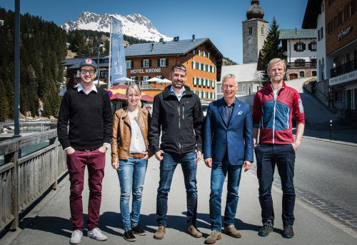 Gabriel Zangerl, Martina Lindenmayr und Benjamin Meier (Towa) mit Tourismusdirektor Hermann Fercher und Hannes Heigenhauser (Lech Zürs Tourismus). LZTG