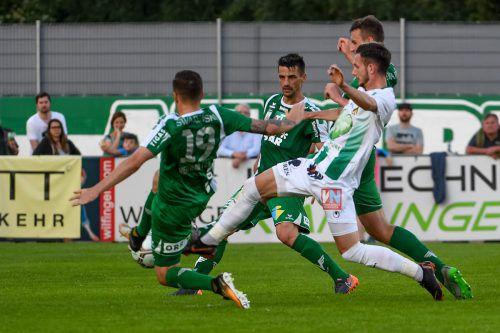Gleich drei Wattener, Sandro Neurauter, Florian Buchacher und David Gugganig (v. l.), versuchen Marcel Canadi zu stoppen.gepa