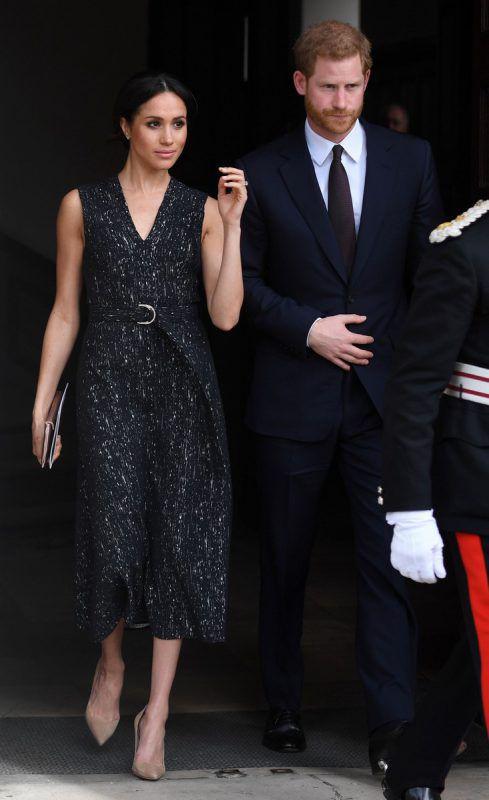 Harry und Meghan fahren nach der Hochzeit mit einer offenenen Kutsche durch Windsor.