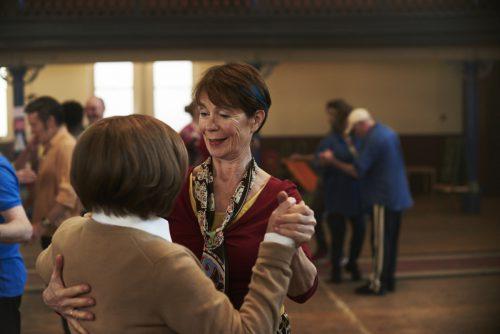 Im Zentrum stehen die ungleichen Schwestern Sandra und Bif, die nach Jahrzehnten der Entfremdung wieder zueinander finden. 2018eone Germany