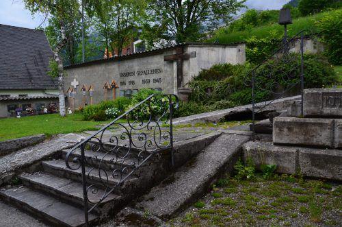 Im Zuge der Sanierungsarbeiten kommt es unter anderem zur Verlegung und Restaurierung des Kriegerdenkmals. DOB