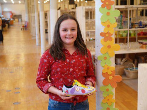 Jana mit ihrem Kunstwerk bei der Ausstellungseröffnung.