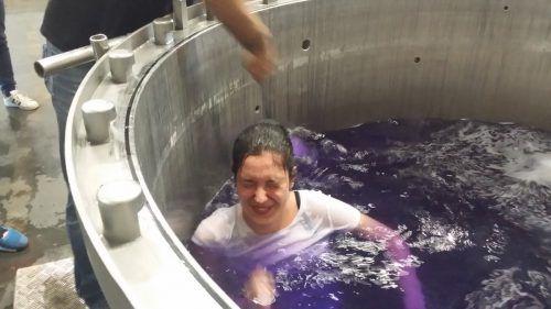 Jovana Topic wurde nach altem Brauch im Färbekessel getauft. SSG