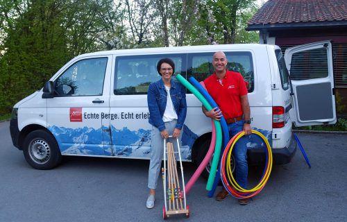 Judith Hagen-Gruber und Roland Fritsch bei der Übergabe der Spielgeräte. MOTO