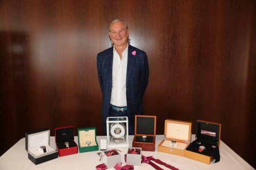 Juwelier Norman Huber mit den Schätzen, die in der Region versteckt werden. Firma