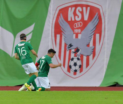 Kapitän und Torschütze Marco Krainz (rechts) und Pius Dorn zelebrieren den Austria-Treffer vor dem KSV-Transparent.gepa
