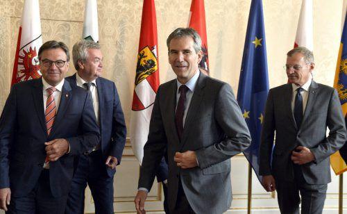Landesvertreter mit Finanzminister Löger (Mitte): Eine Einigung zur Pflegeregress-Finanzierung ist bei der Landeshauptleutekonferenz am Mittwoch und Donnerstag möglich.APA