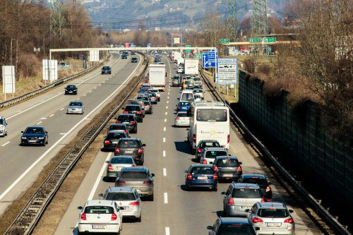 Langer Rückstau auf der A 14 bei Hohenems Richtung Deutschland. Der Verkehr nimmt immer mehr zu.VN/Steurer
