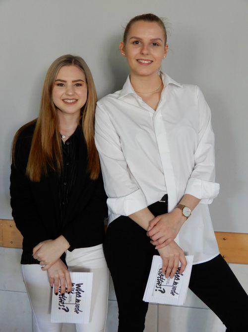 Lisa-Rosa Hofer und Verena Felderer führten durch den Filmvortrag im Aufenthaltsraum.