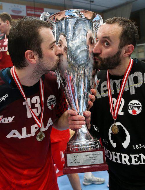 Marko Tanaskovic und Golub Doknic nach dem Triumph im ÖHB-Cup.GEPA
