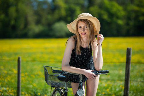 Martha aus Feldkirch weiß, was an Tagen wie diesen angesagt ist. Sie schnappt sich ihr Fahrrad und genießt die herrliche Landschaft.VN/Steurer