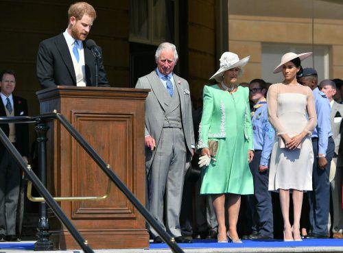 Meghan und Harry nahmen am Dienstagnachmittag bei Sonnenschein an einer Gartenparty des Buckingham-Palasts in London teil. afp