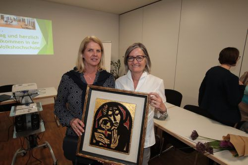 Mit Arbogast-Tafel: Maria Mayer (l.) und Elisabeth Waibel.