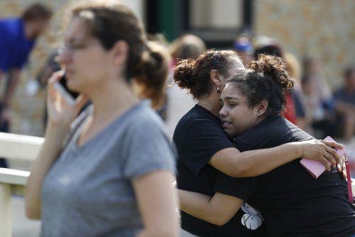 Nach den Schüssen an der Santa Fe High School wurde das Schulgelände evakuiert. Eltern versuchten, ihre Kinder zu trösten. AP