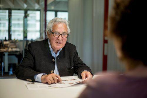 So kennen ihn Jung und Alt heute: Gottfried Feurstein im Dienst als VN-Ombudsmann. Oft findet er in schier ausweglosen Situationen eine Lösung.
