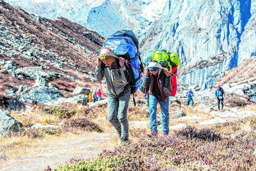 Ohne die fleißigen Helfer würden viele Trekker den Aufstieg nicht bewältigen.